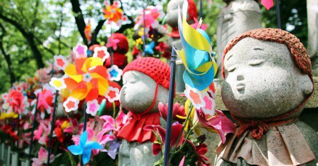 jizo beeldjes in Japan voor miskraam en zwangerschapsverlies